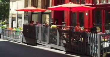 Terrasse de restaurant sur emplacement de stationnement. ©Julien ALIBERT pour OAFormation